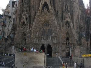 sagrada-familia-front-barcelono-spain by Jen Syngkit
